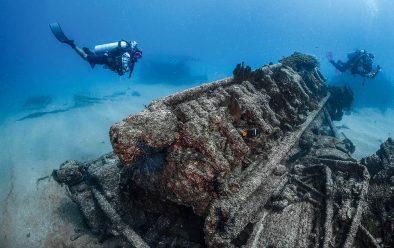 Guide Marco explores El Vencedor shipwreck.