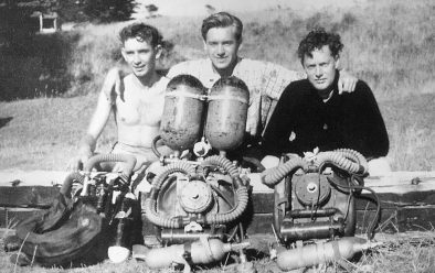 1952 – Bill Young, Ivor Howitt (centre) and Ted Eldred at Apollo Bay, Victoria in Australia. Howitt has his Siebe-Gorman Air-Scuba set-up, possibly the first of its kind to be brought to Australia.